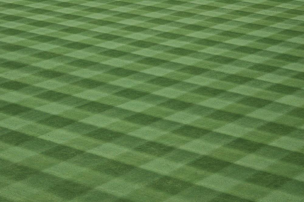 Maai een diamantpatroon in het gras.